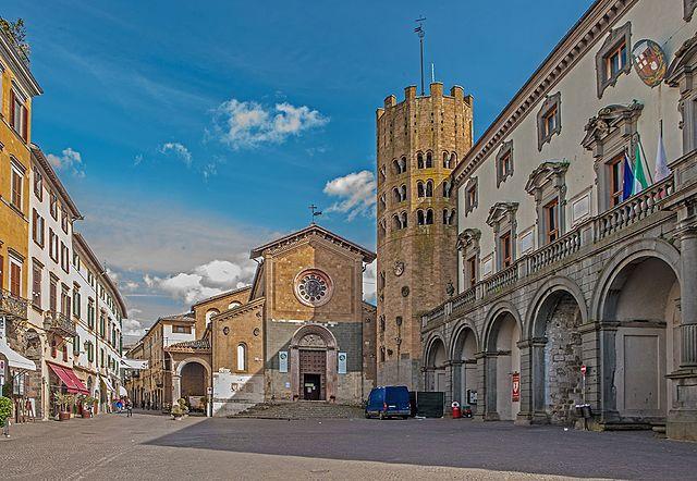 Foto di Piazza della Repubblica a Orvieto in provincia di Terni. Sulla destra, il Palazzo Comunale. In fondo, la Chiesa di Sant'Andrea dove si sono svolti i funerali della famiglia Carletti