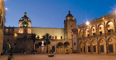Foto di Piazza della Repubblica a Mazara del Vallo in provincia di Trapani. Sullo sfondo la Cattedrale dove si sono svolti i funerali di Rosalia Garofalo