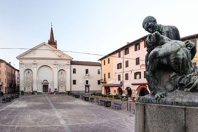 Uno scorcio della Piazza di Sant'Agostino, uno dei luoghi più rinomati di Carmagnola, con la Chiesa omonima e il Monumento ai Caduti