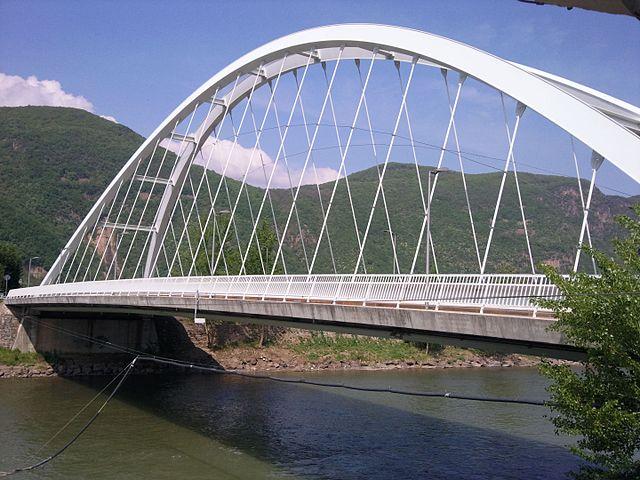 Foto del cavalcavia sul fiume Adige che collega Vadena nuova a Vadena centro. Più a nord è situato il ponte vicino alla discarica Ischia-Frizzi.