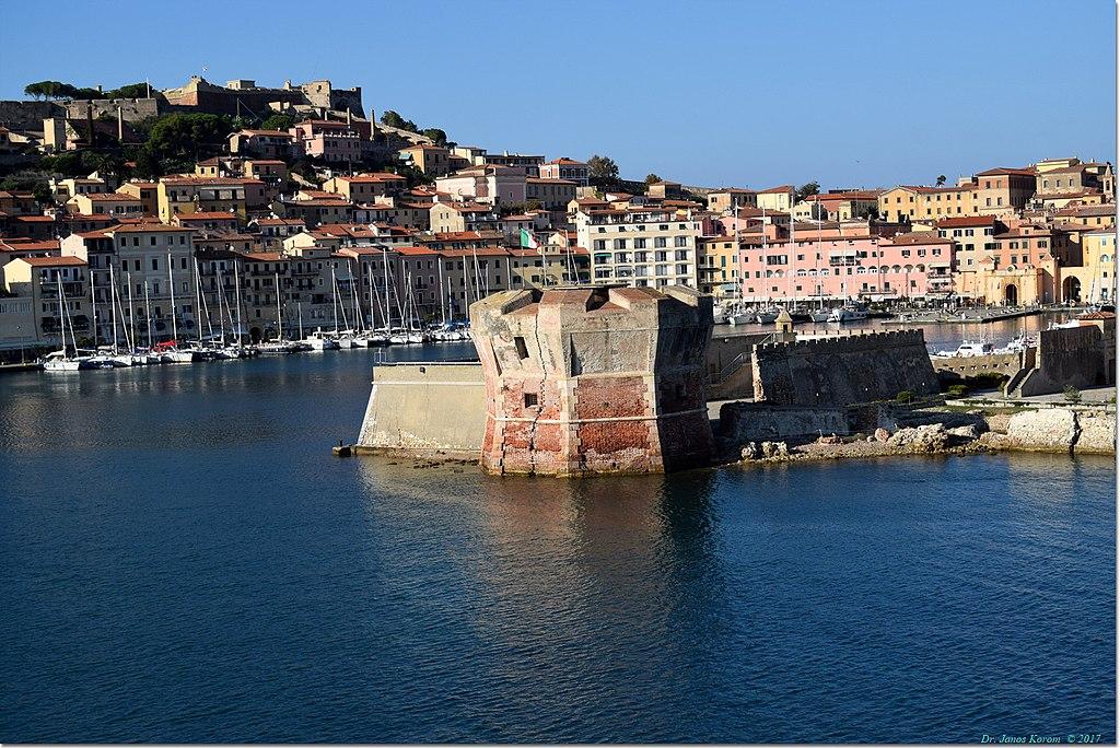 Uno scorcio panoramico dal mare di Portoferraio sull'Isola d'Elba
