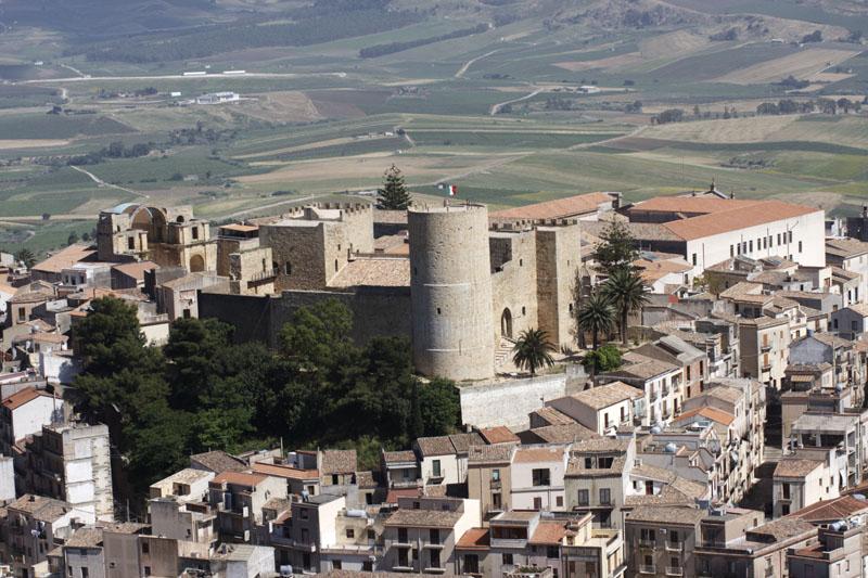 Uno scorcio panoramico di Salemi, provincia di Trapani, incentrato sul castello normanno