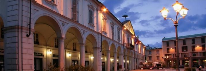 Uno scorcio di Piazza Cavour a Trecate in provincia di Novara