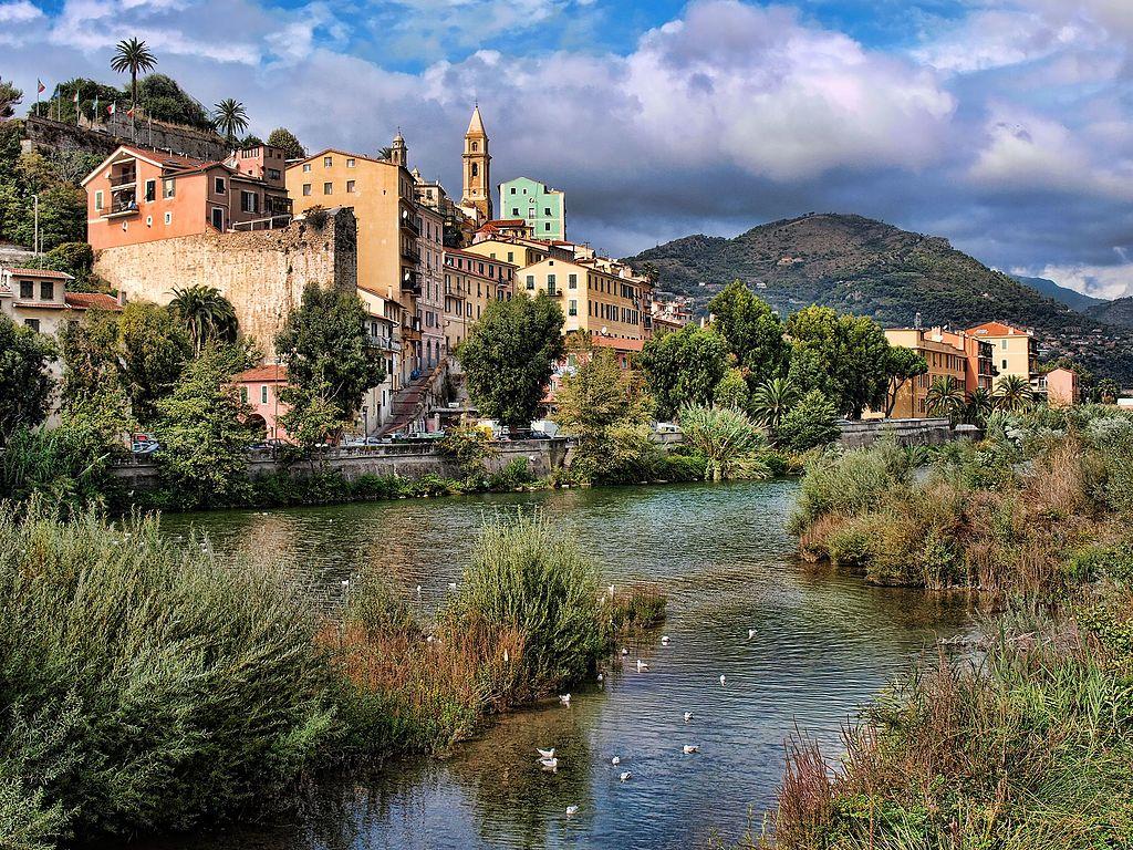 Uno scorcio di Ventimiglia scattato dalla foce del fiume Roia